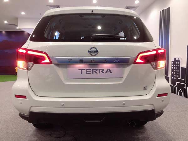 Nissan Terra E Đuôi xe