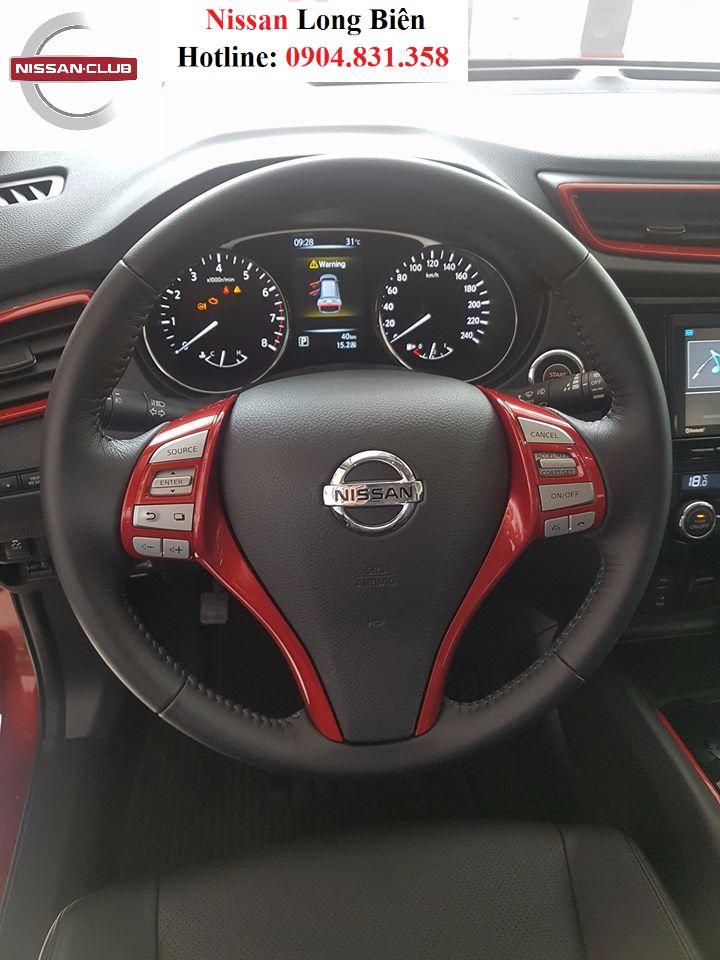 Phần bên trên của Nissan X-trail L được sơn đen và giá nóc được trang bị như phiên bản cao cấp nhất của X-trail.